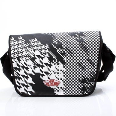 Off The Wall Courier Bag schwarz/weiss